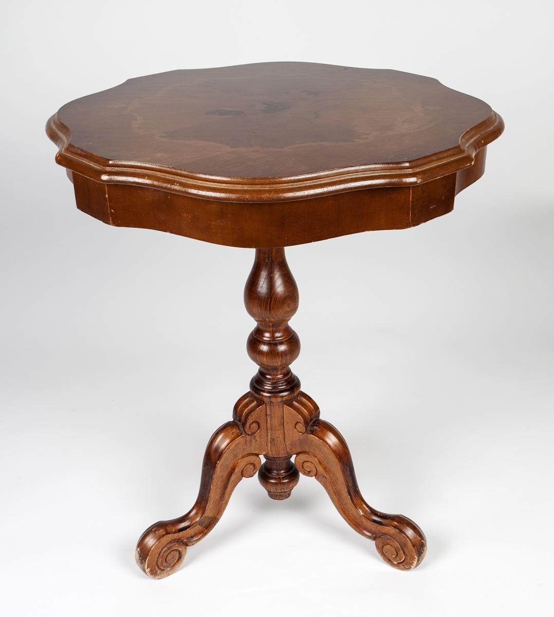 Rundt mahogny-bord på stett som hviler på tre ben. Intarsia-dekor på platen, blomster og akantusranker