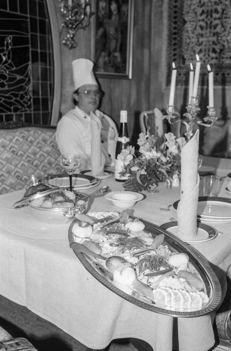 Villa Sandvigen, restaurant ved Gjersjøen. Kokk Terje Hansen lager mat. Pent dekket bord med stearinlys.