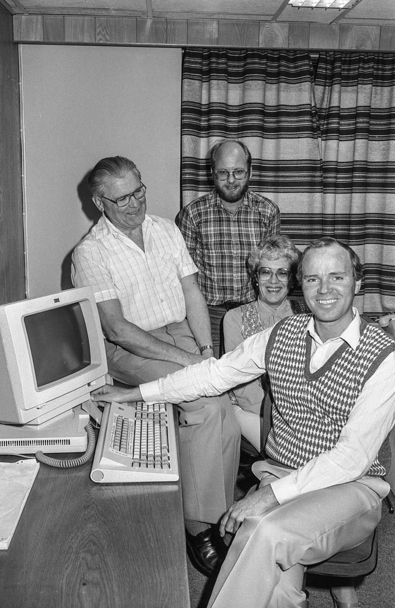 Ski Ligningskontor går foran i dataalderen. Har utviklet et nytt dataprogram for retting av skattekort. F.v.: Ligningssjef Arne Fonn, Kjell Øyjordet, Bjørg Aaslie og Per Jacobsen.