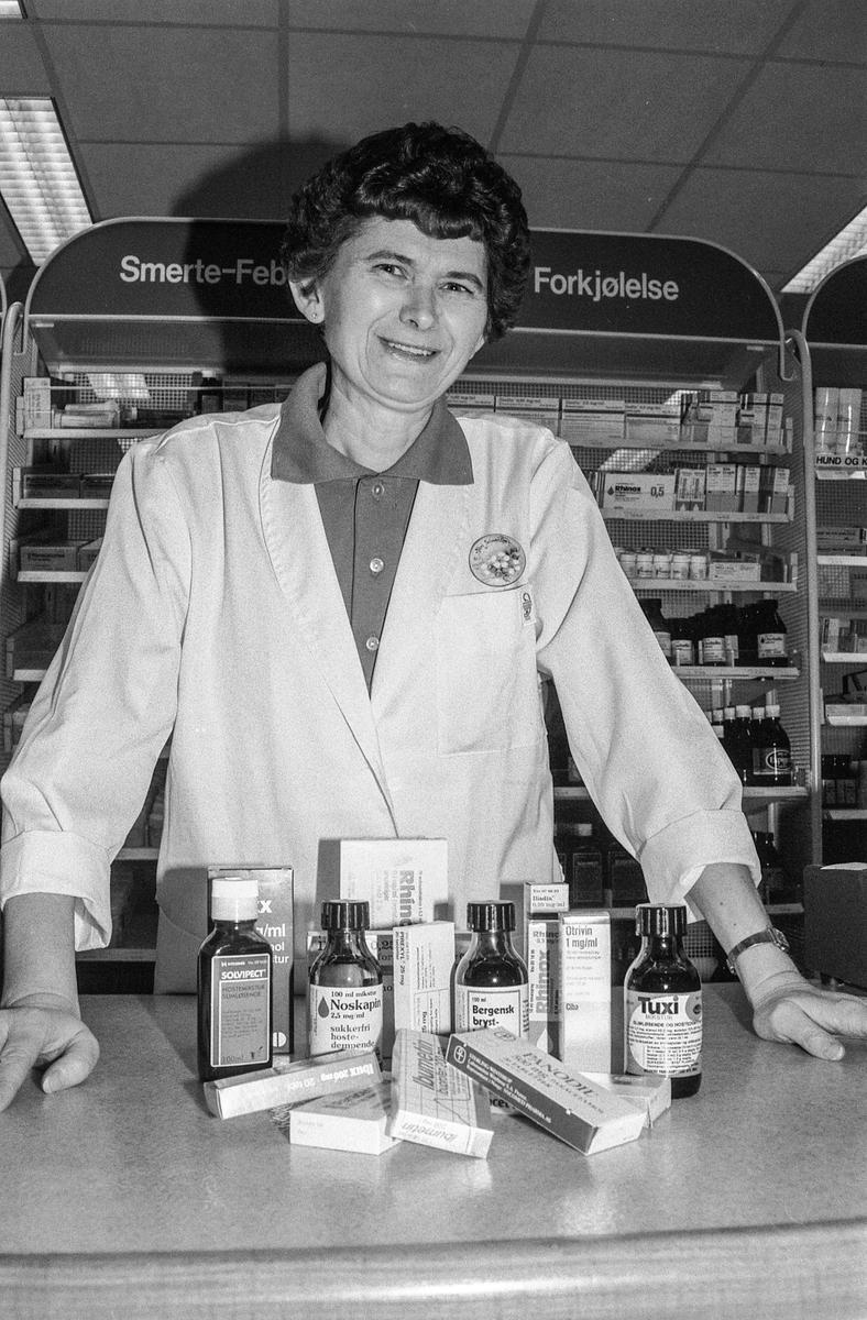 Ski Apotek, apotektekniker Kari Johnsen med forkjølelsesmedisiner og hostesaft.
