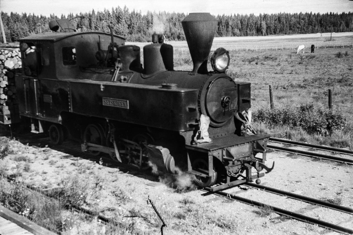Aurskog-Hølandbanens damplokomotiv nr. 4 SETSKOGEN på Killingmo stasjon.