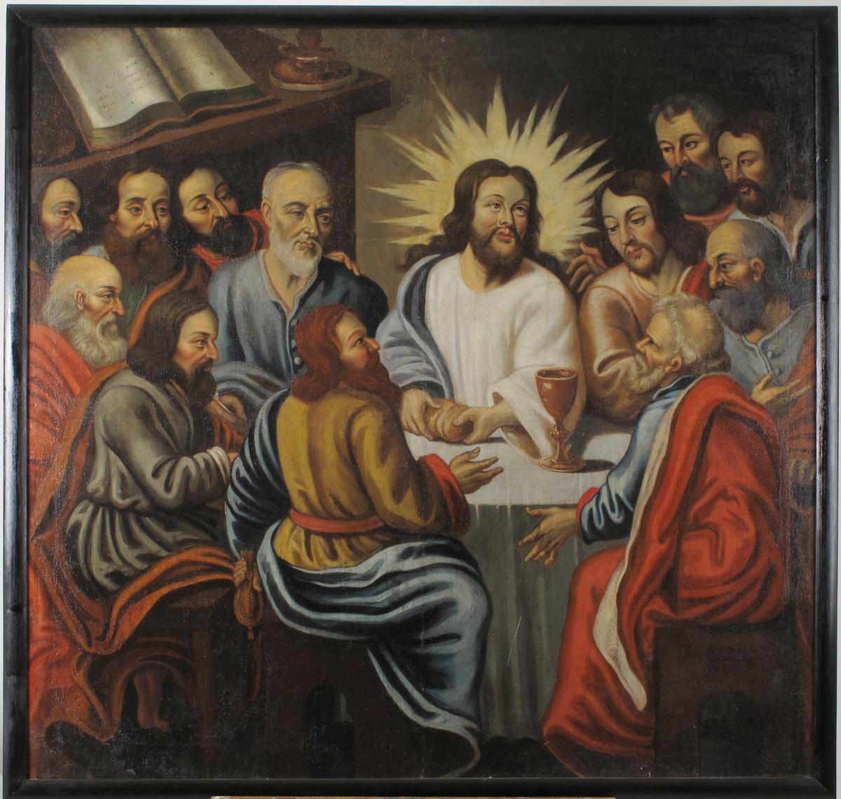 Kristus omgitt av 12 apostler ved bord m. hvit duk, hvorpå en kalk.   Kristus bryter brødet,  strålekrans bak hodet. Judas t.v. Peter t.h.  foran bordet sittende med ryggen til tilskueren. Judas med pengepung i venstre hånd. De andre apostler samlet sittende og  stående t. v. og h. for Kristus. Hylle m. oppslått bok i øv. v. hj.