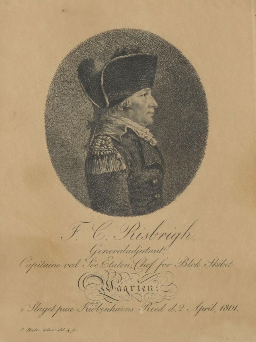 Halvfigur av mann med profil mot høyre. Kledd i uniformskjole knappet med en knapp, epauletter, lang hårpisk, tosnutet hatt med brede bånd ved kantene.  Bakgrunnen er grå.