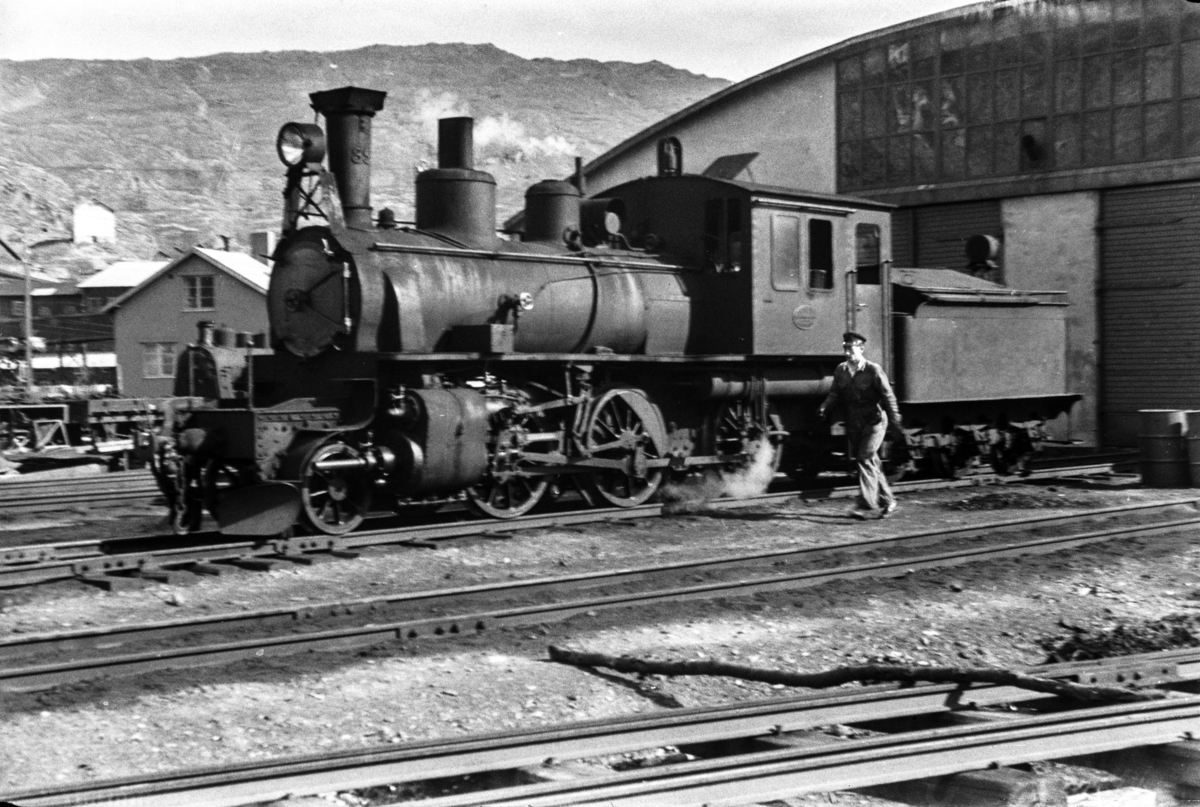 Sulitjelmabanens damplokomotiv nr. 85 ved lokomotivstallen i Lomi.