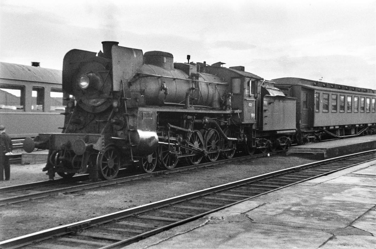 Damplokomotiv type 26c nr. 432 med persontog på Trondheim stasjon.