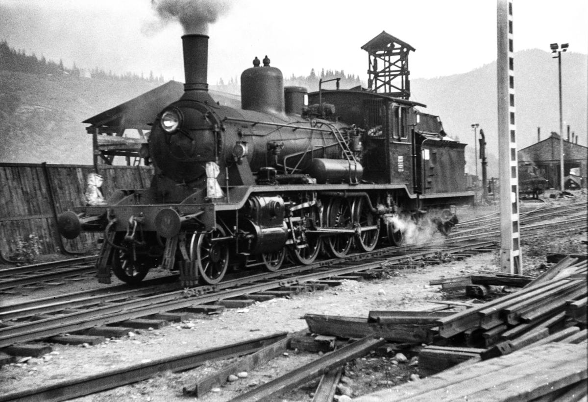 Damplokomotiv type 18c nr. 233 på Støren stasjon.