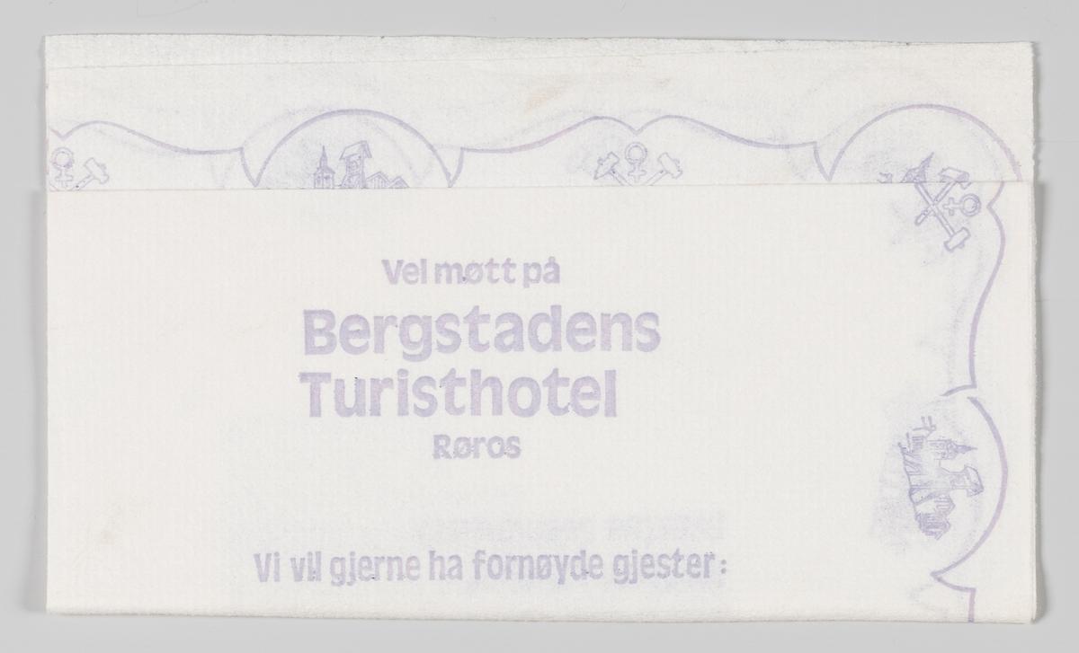 Silhuetten av byen Røros og et logo med to hamre og et tegn for kobber og en reklametekst for Bergstadens Turisthotel og Stripa Discotek på Røros.   Bergstadens Hotel er et tradisjonsrikt hotell som er plassert midt i Verdensarvbyen Røros.