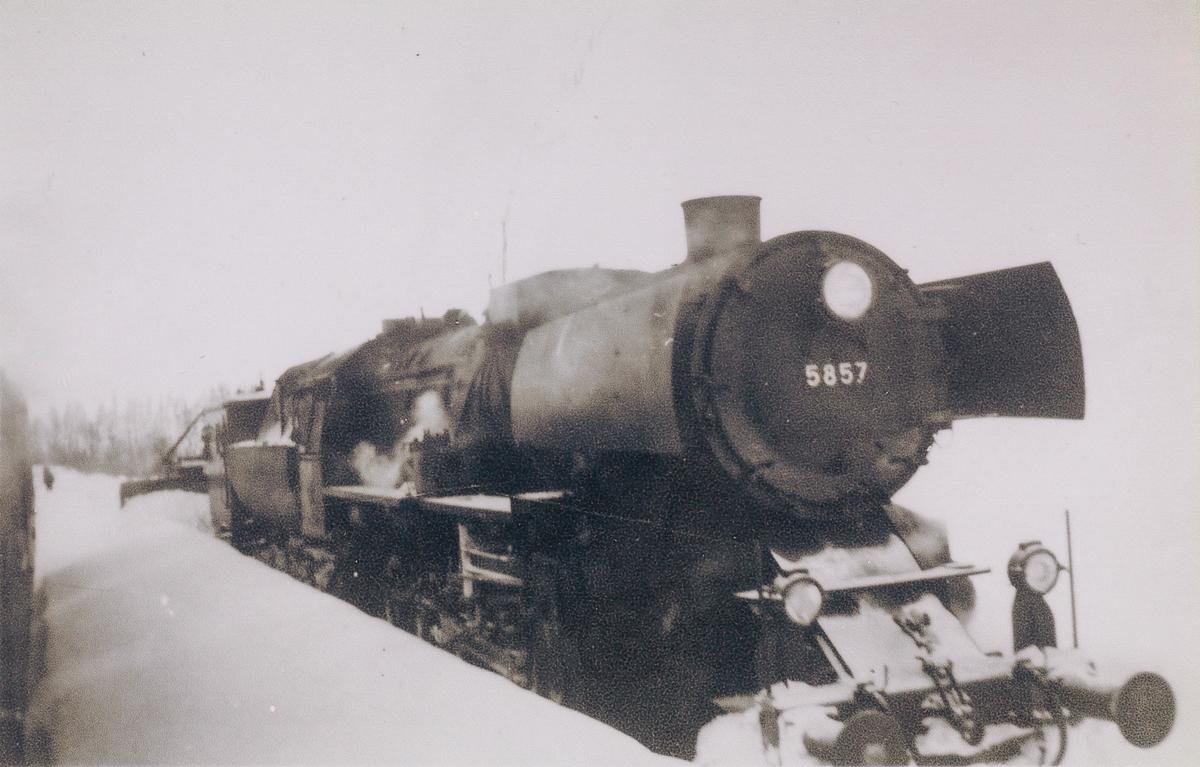 Kryssing på Sefrivatn stasjon. Utsikt fra lokomotivet. Møtende snøryddingstog trekkes av damplokomotiv type 63a nr. 5857.