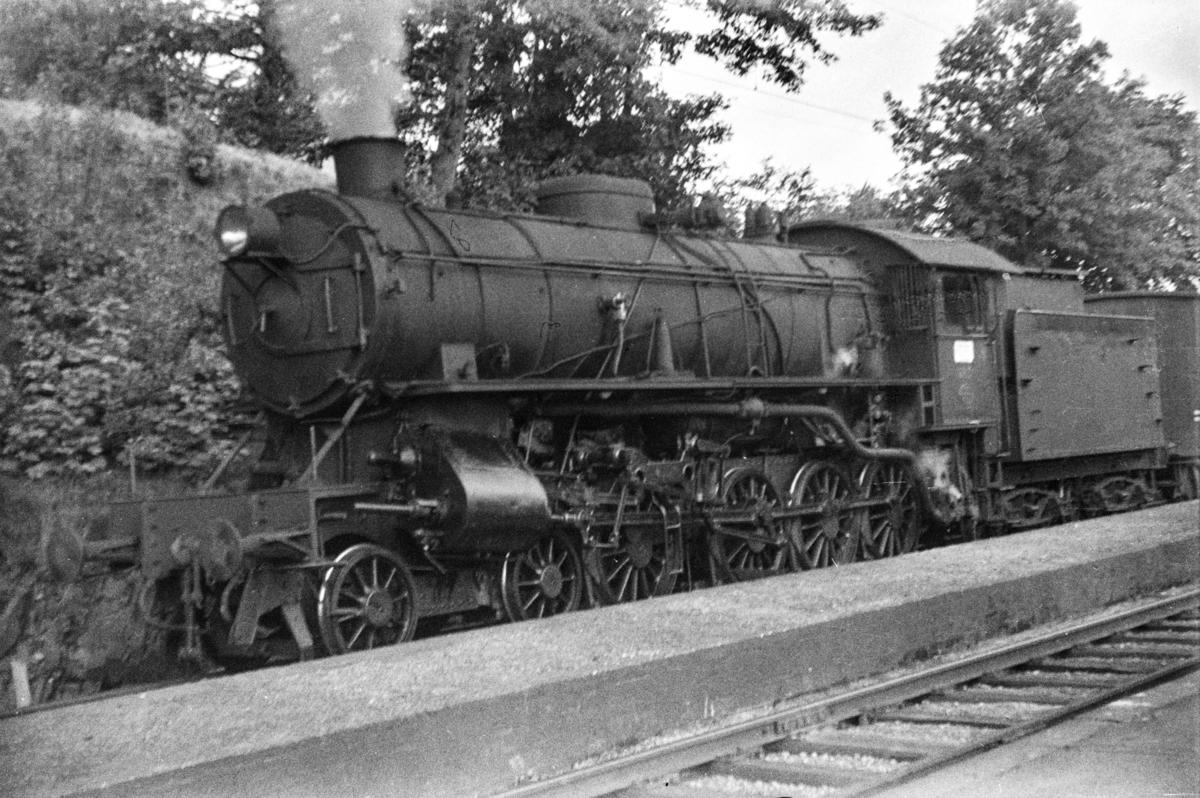 Damplokomotiv type 31a nr. 285 med godstog på Minde stasjon.