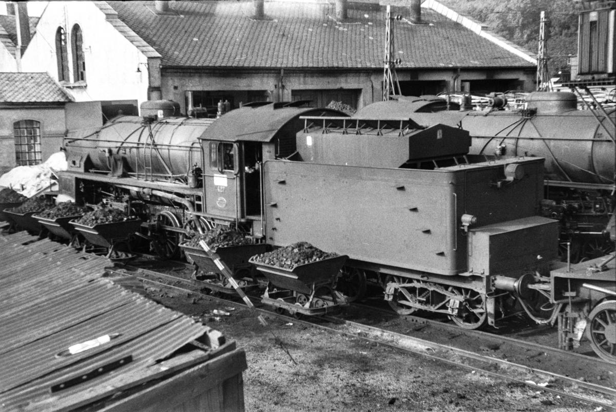 Damplokomotiv type 31b nr. 427 ved lokomotivstallen på Bergen stasjon. Vagger for transport av kull til lokomotivene.