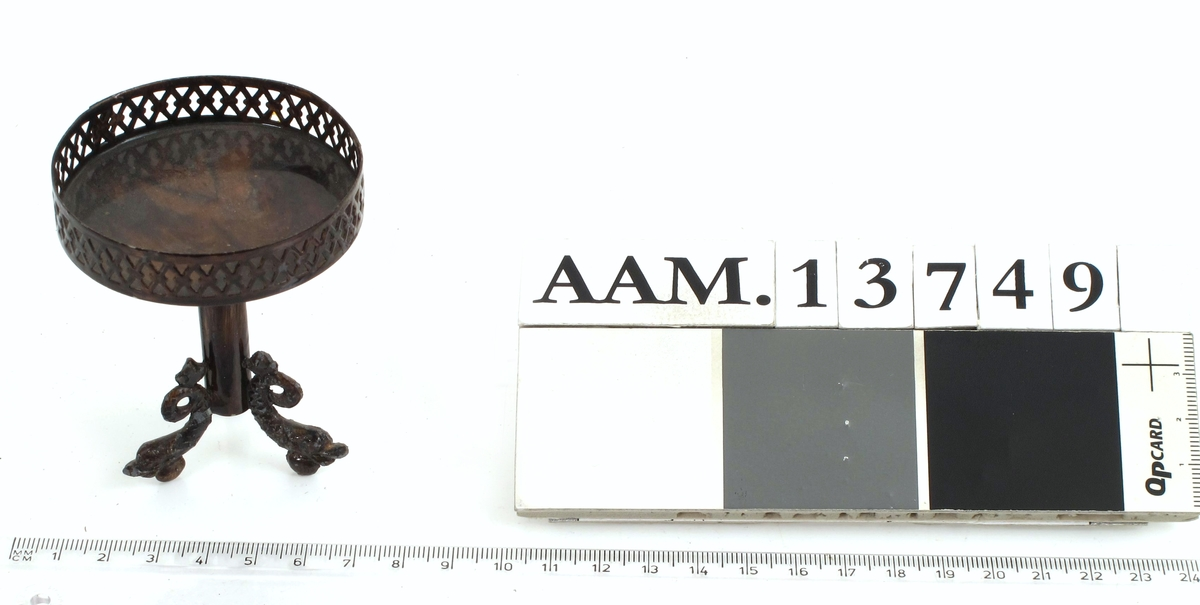 Søylebord med karm, rundt, bronsert metall.  Nøttetresimitasjon