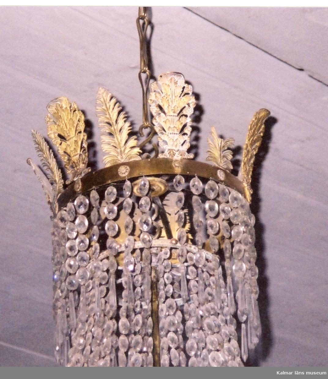 KLM 24971. Ljuskrona. Brons och kristall. Renoverad av Lindstedt & son gelbgjuteri 2001. Empire.