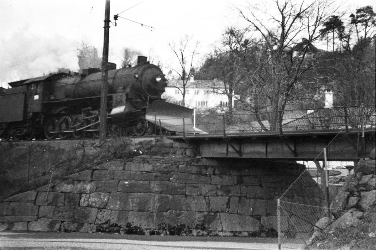 Damplokomotiv type 31b nr. 402 med godstog til Oslo fra Bergen, tog 5506. ved Fjøsanger stasjon.