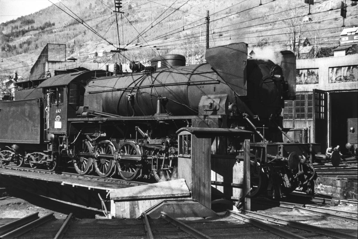 Damplokomotiv type 31b nr. 430 på svingskiven på Voss stasjon.
