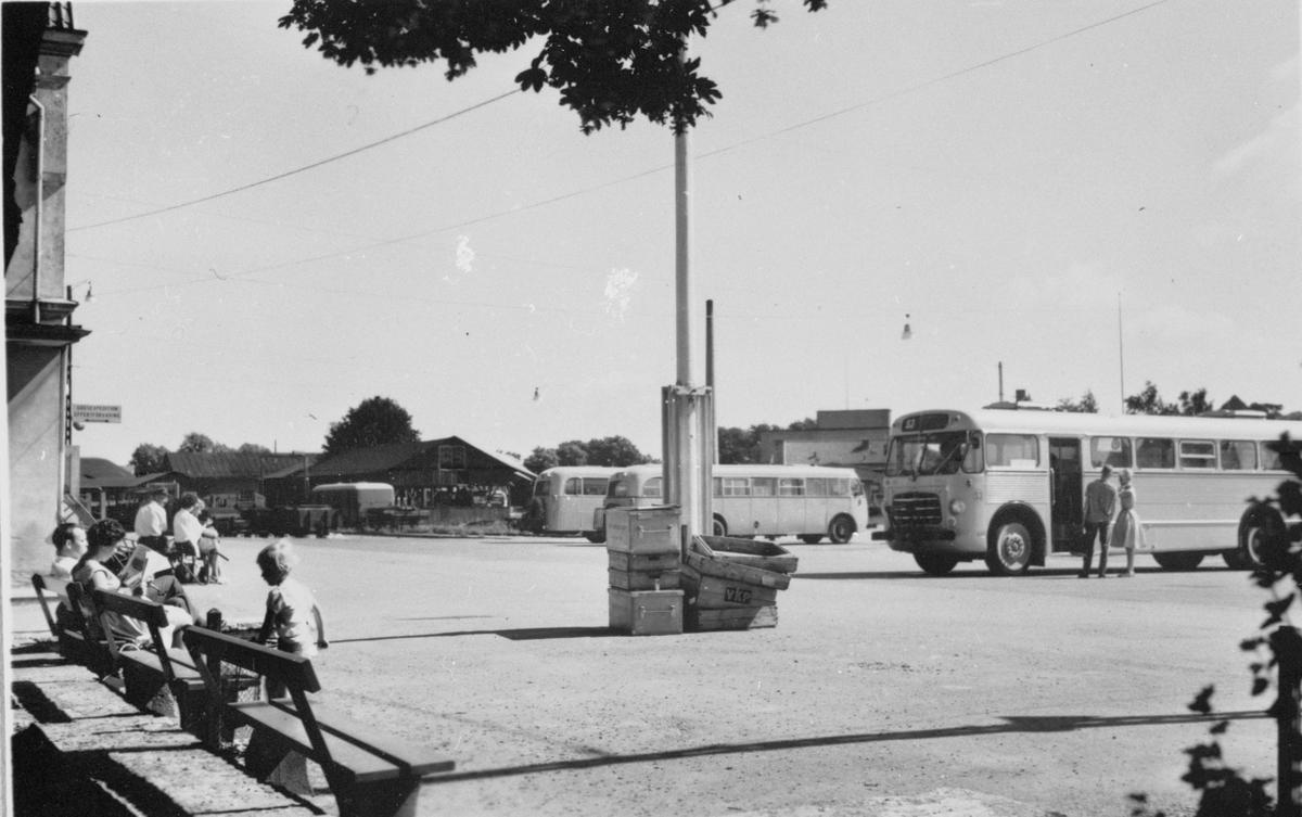 Busstorg vid Visby hamn station. På bilden syns SJ rälsbussar.