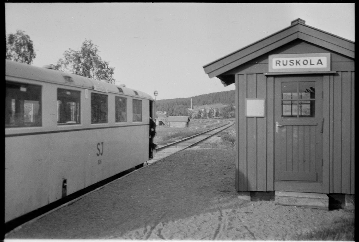 Ruskola hållplats. Statens Järnvägar, SJ Y02 536.