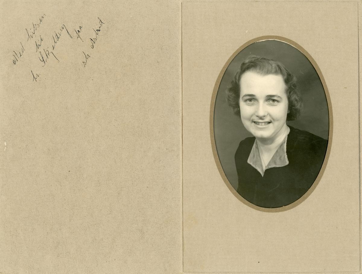 Portrettfotografi av ei kvinne, søster til Ingvald Skjeldrup, Astrid.