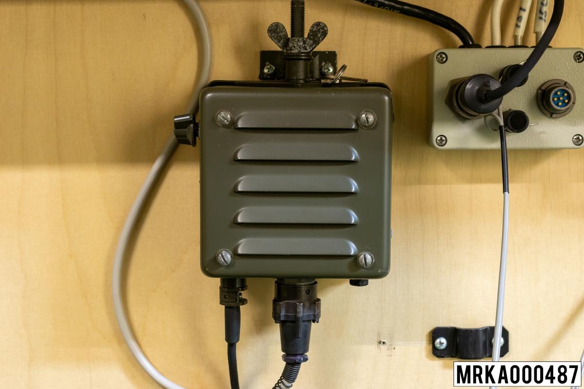 Högtalare med MF-förstärkare anpassar radiostationerna (Ra 146) till trådutrustningen. Den innehåller dessutom en högtalare för mottagning.