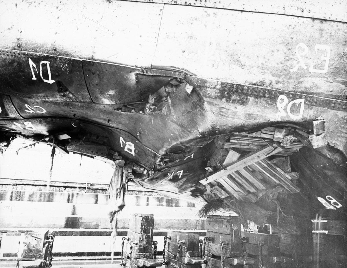 Detalj ødelagt skipsskrog, skip i tørrdok.