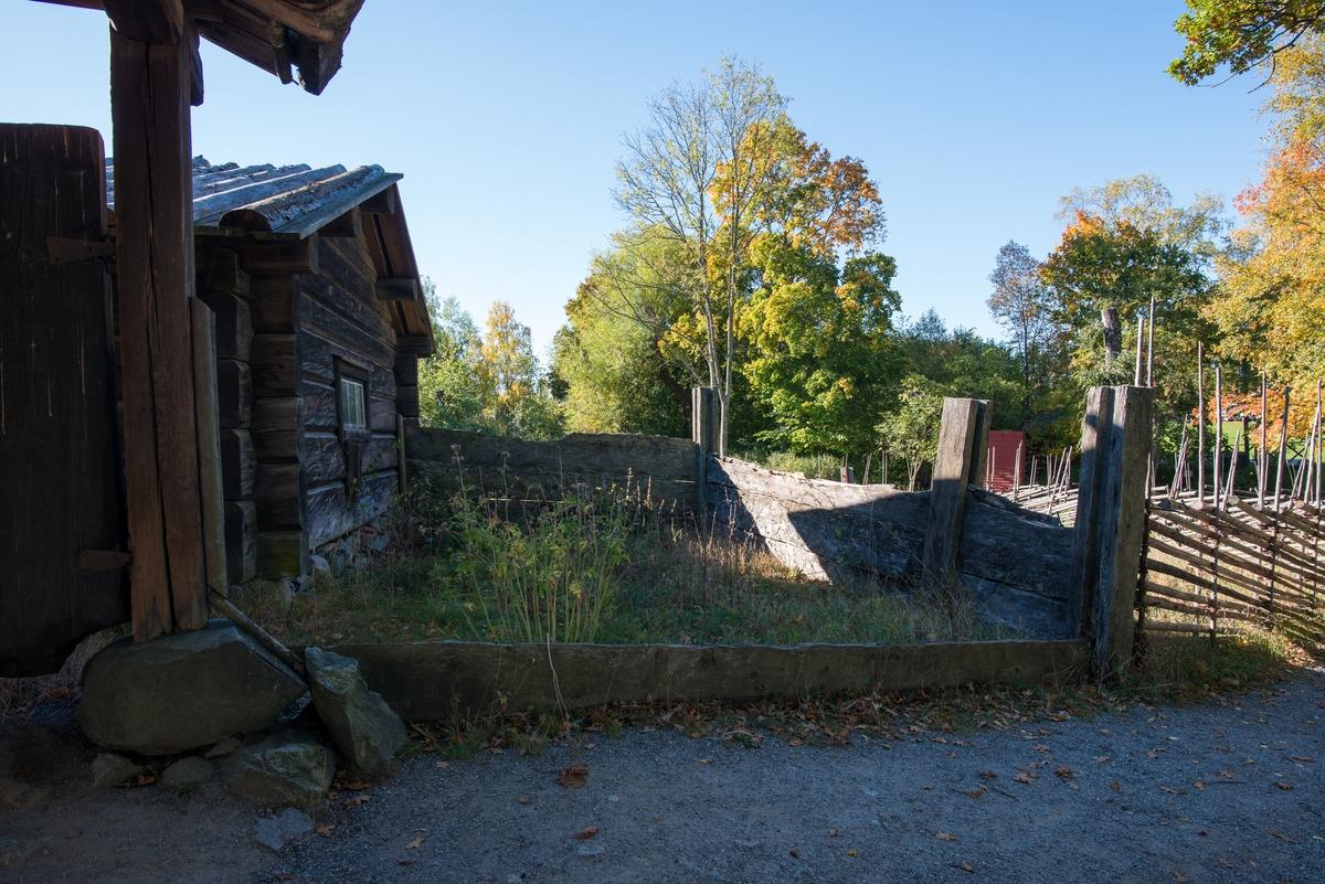 Dyngstaden på Moragården är uppförd i skiftesverksteknik och har haft som funktion att hålla kreatursspillningen på plats.   Dyngstaden flyttades till Skansen 1930 från Norets by, Mora socken i Dalarna.