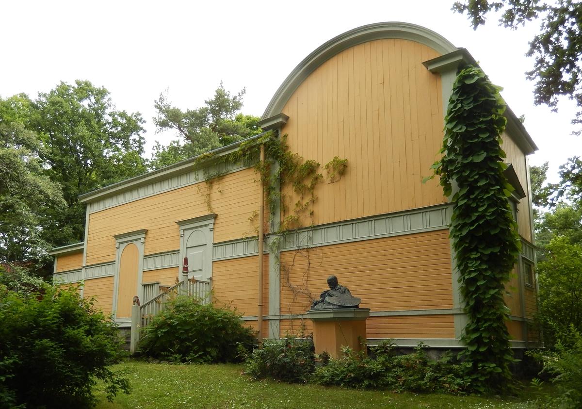 Konstnären Julius Kronbergs ateljé är en panelad, gulmålad träbyggnad, uppförd 1890 och tillbyggd 1912. Byggnaden innehåller två ateljéer och är helt präglad av sin funktion som arbetslokal. Den saknar fönster i norr, söder och väster men har stora ateljéfönster i öster. Taket är klätt med plåt och försett med en centralt placerad skorsten.   Efter konstnärens död köpte grevinnan Wilhelmina von Hallwyl ateljén och skänkte den till Skansen. Byggnaden flyttades till Skansen 1922 från sin plats vid Lilla Skuggan på Djurgården i Stockholm.