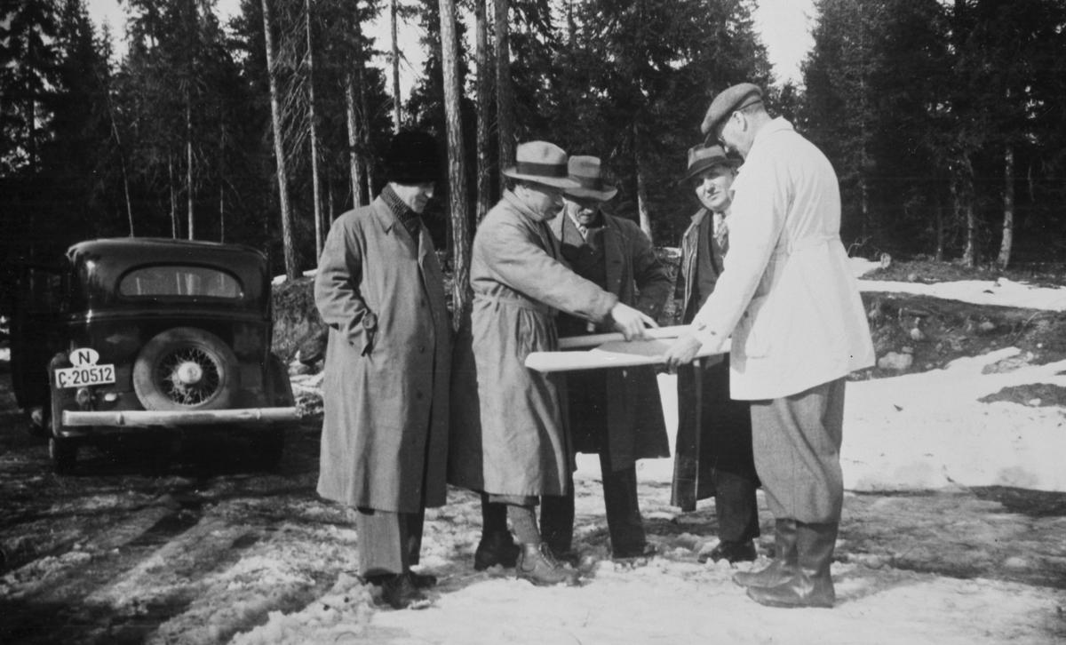 Direksjonen / skogeiere eller andre på befaring i skogen.
