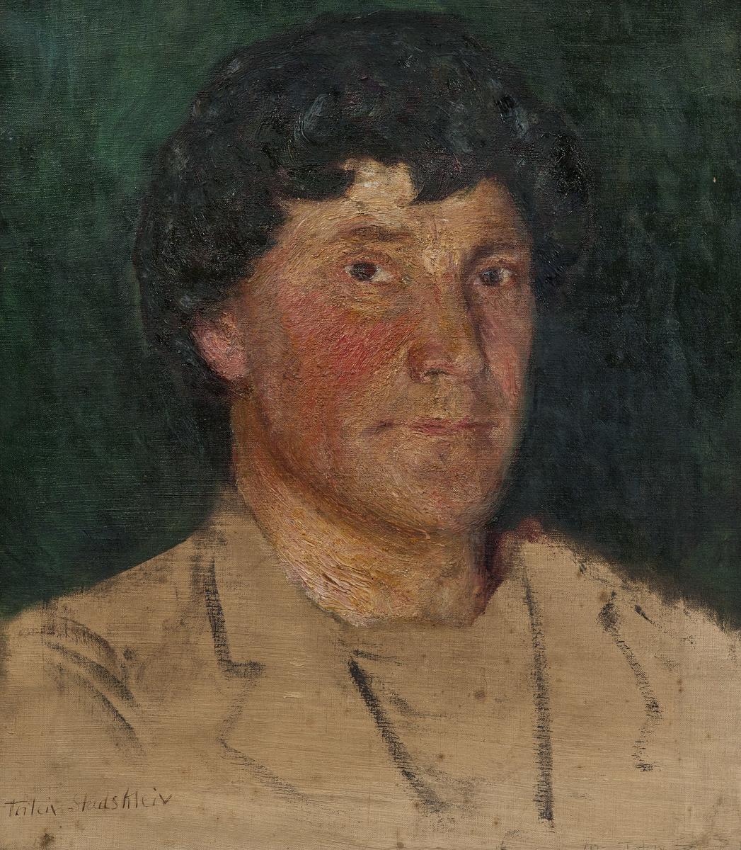 Voksent selvportrett i haøvfigur med hvit jakke