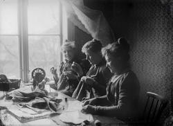 Søstrene Sara, Martha og Lina Berner ved sybord