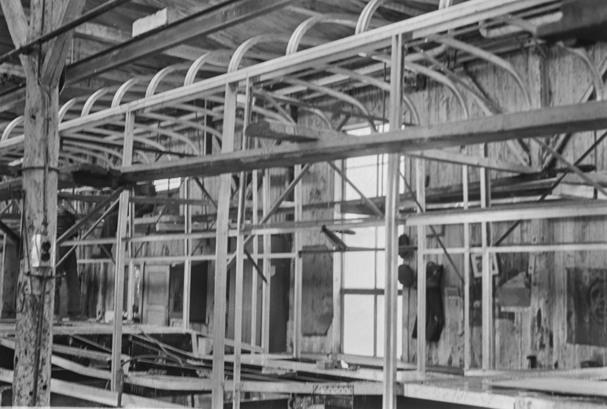 """Bygging av vognkasse til Oslo Sporveiers sporvogn type """"Gullfisk"""" på Strømmen Verksted."""