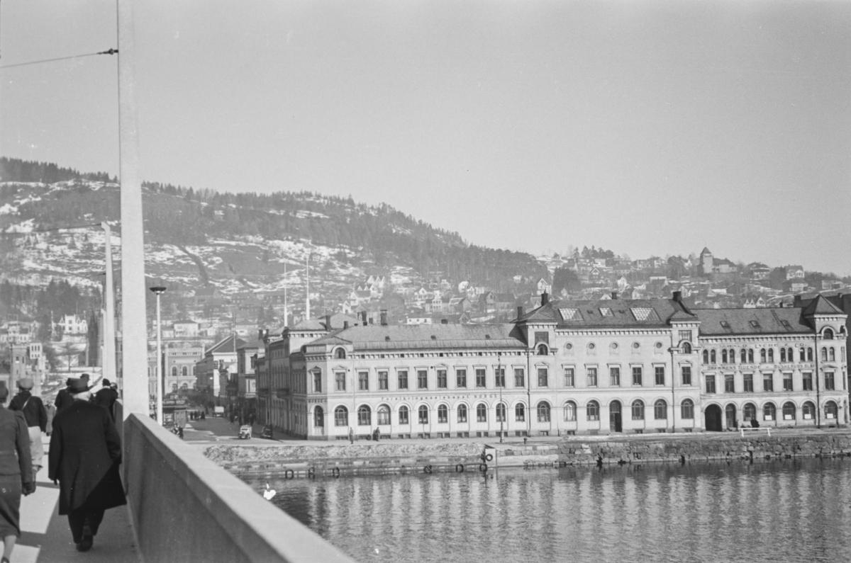 Utsikt mot Bragernesåsen i bakgrunnen og Drammens børs og kontorene til Drammens Tidende og Buskerud Blad i forgrunnen.