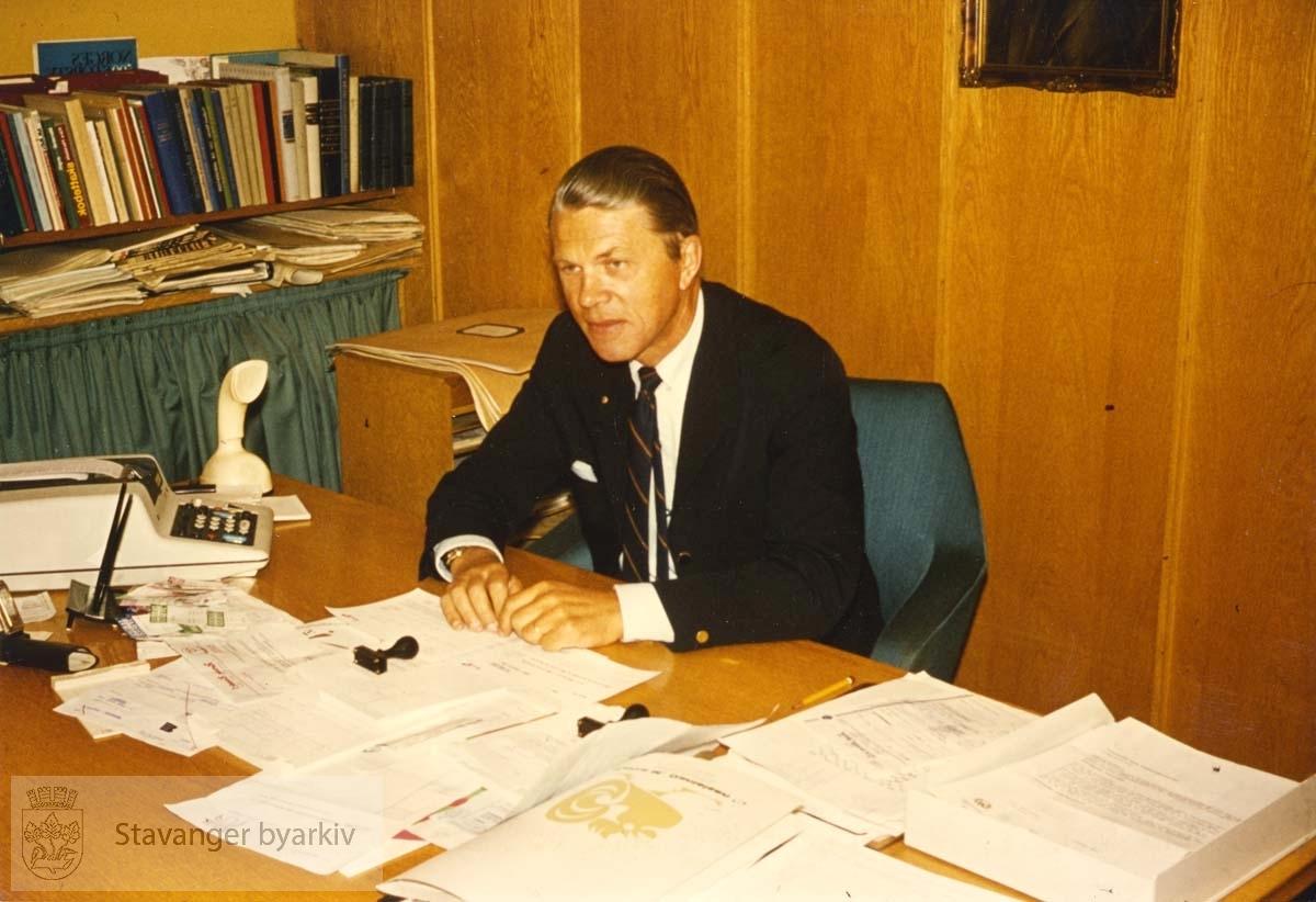 Halfdan Sivertsen ved kontorbordet Utskilt fra PA293.