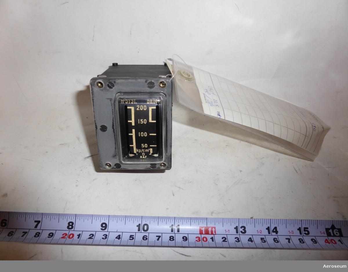 """En 2-visarmanometer för bromstryck, tillverkad av SAAB. På instrumentet finns det en fastklistrad etikett där det står: """"2 Hkp div 8 4-0 5-T""""."""
