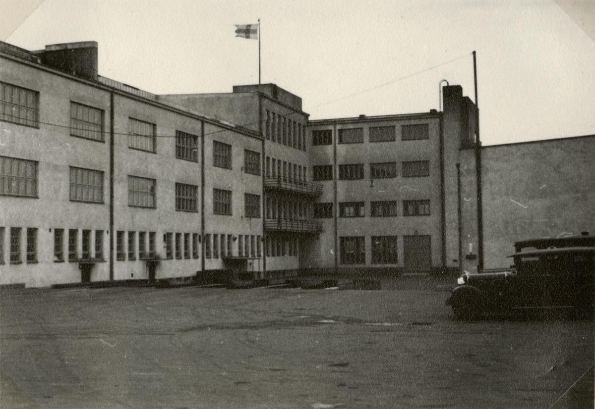 """Text i fotoalbum: """"Studieresa med general Alm till Finland 1.-12. mars 1939. Ny kasern i Helsingfors, automobilkompaniet."""""""