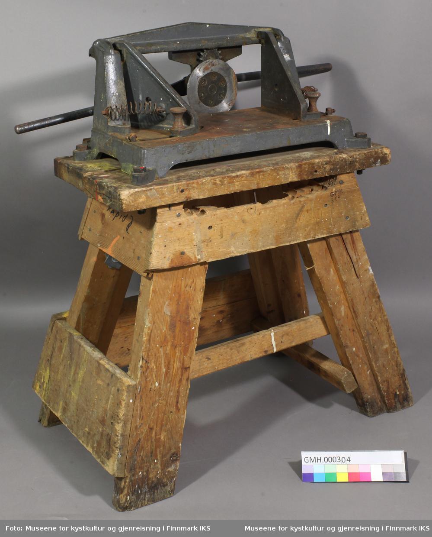 Manuelt verktøy for å kutte lister med i forskjellige vinkler. Verktøyet har to justerenheter der vinklene kan stilles inn. Med et toarmet sveiv betjenes det et skjærehjul sidelengs som kutter treemnet i den vinkelen som er innstilt. Verktøyet er festet med fire skruer på en solid bukk.