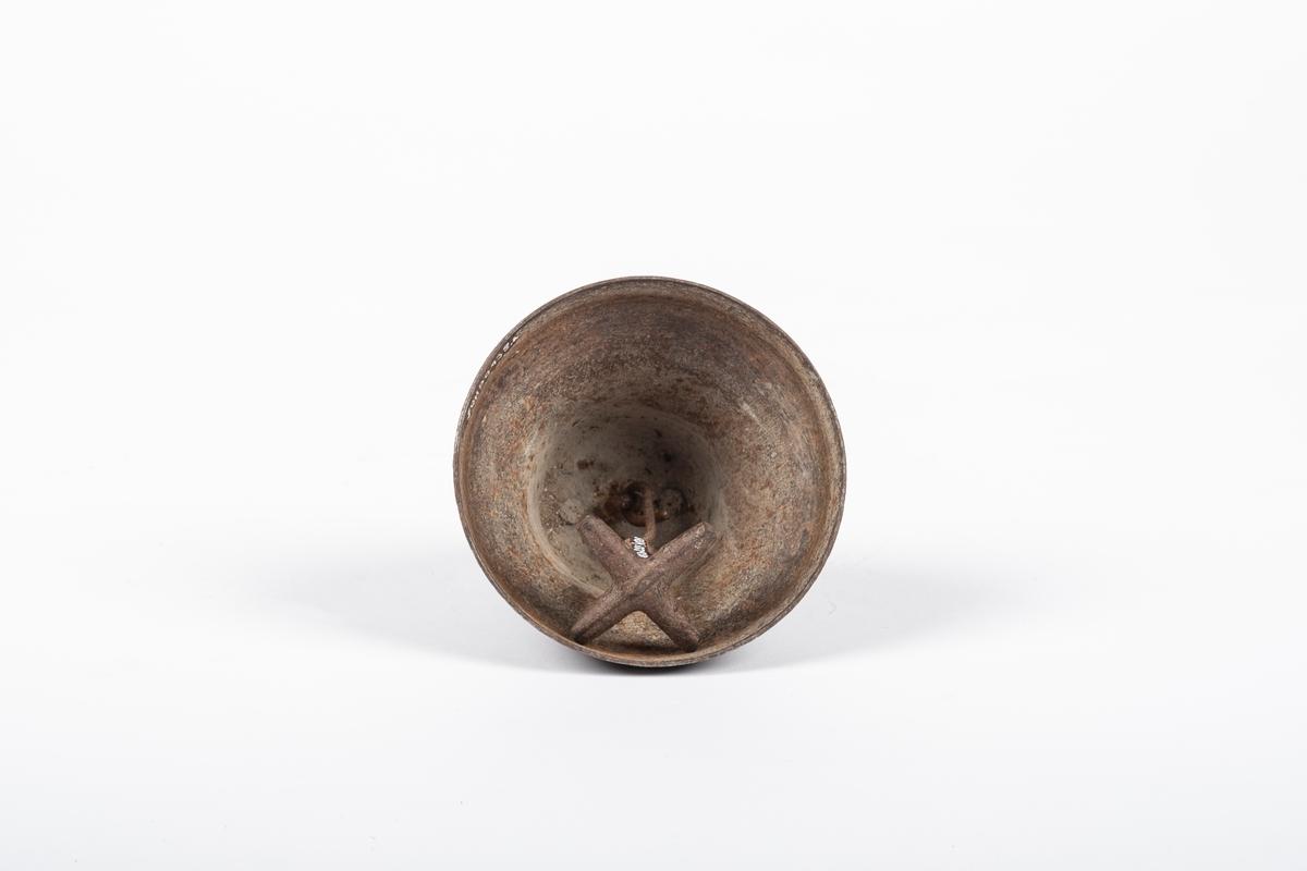 Bjella er rund og videre nederst enn øverst. Innvendig har bjella en korsformet dingle som henger i en krok. På toppen av klokka er det et rektangel til å feste i.