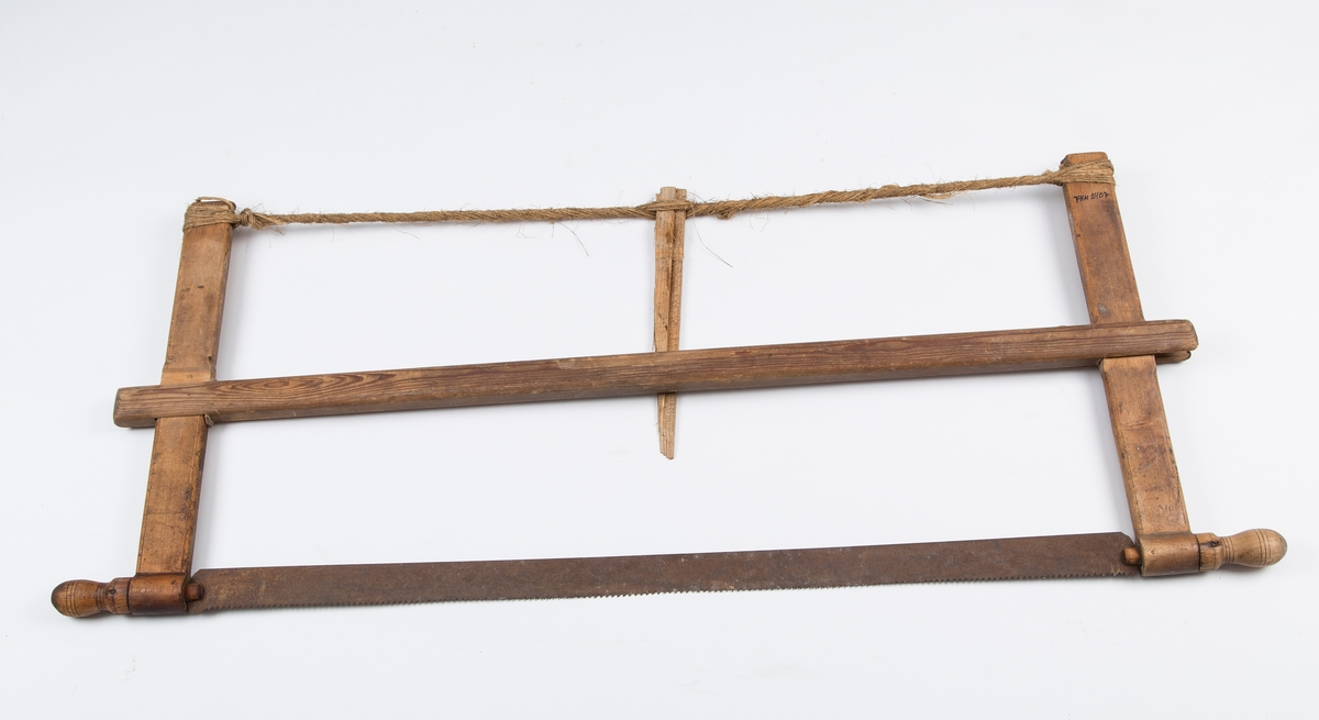 Grindsaga består av en bom med to armer som har øye i nederste del slik at bladet kan stilles i forskjellige vinkler, og feste for snor øverst. Snora spennes med en trepinne, - tunge - som støtter bommen.