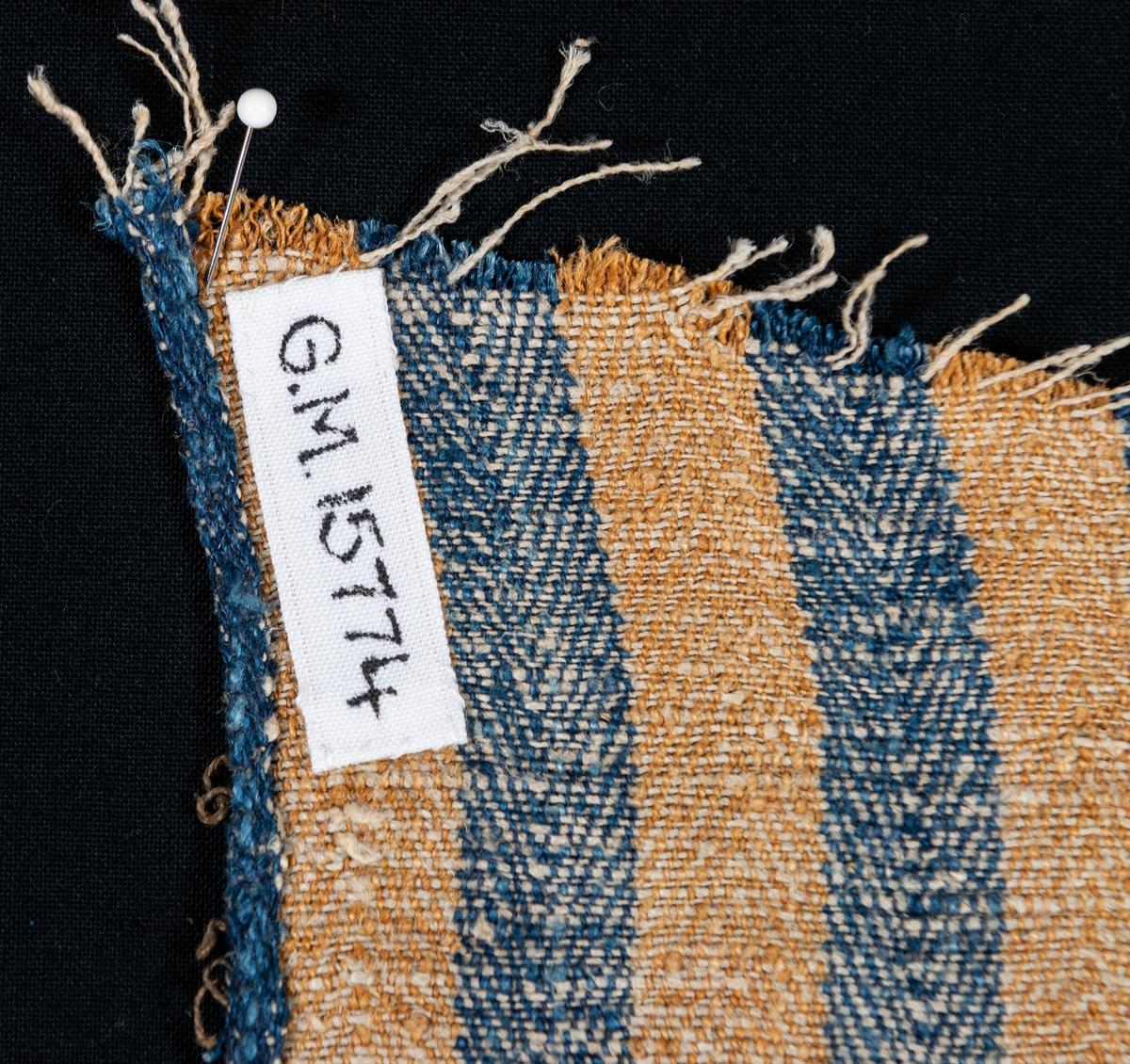 Tygprov från bolstervar i blå och ockra-randigt linne.