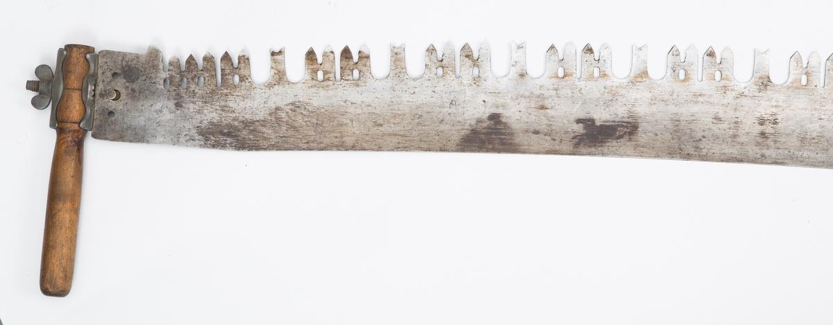 Langt sagblad med holder med lærreimer. Håndtak i hver side med skrufeste