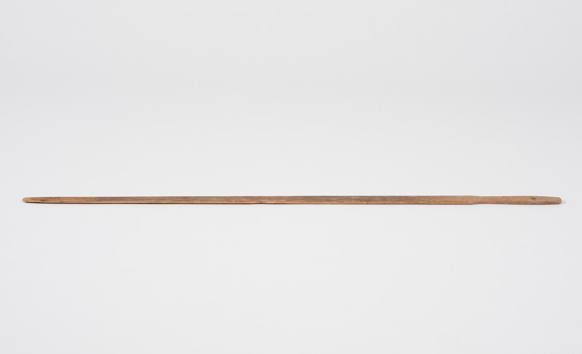 Lang og tynn bakstefløy. Laget ut av et stykke tre, utskåret håndtak. Det er et lite hull i håndtaket, sannsynligvis for oppheng. Bladet til bakstefløyen er omtrent like bredt over hele, men smaler mot tuppen.