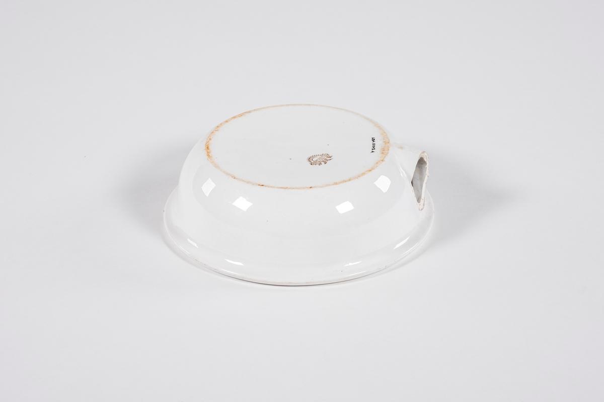 Rund potte med flat underside og en kant som krummer seg innover rundt rommet. På siden er det et hull, hvor det skal sitte en tut på skrått oppover.