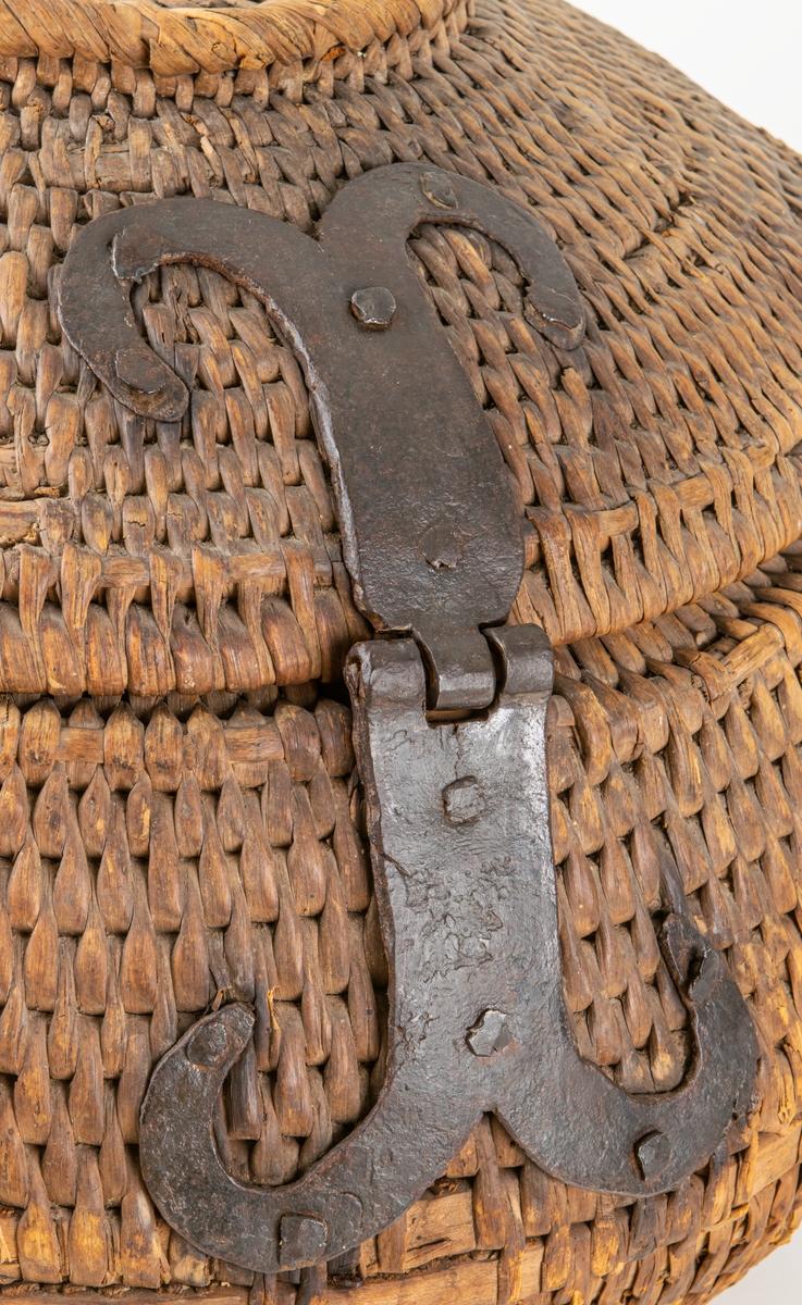Acc.kat. Flätad korg med lock. Stort lås och gångjärn i metall. Buktande korg.