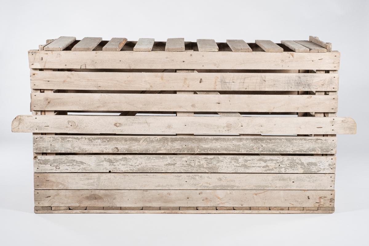Rektangulær transportkasse i tre. Det er tett gulv i kassen, og tett vegg i nedre halvdel av langsider og kortsider. Resten av plankene som utgjør kassen har mellomrom. De to midterste plankene i hver langside er forlenget og fungerer som bærehåndtak. I den ene kortsiden har det vært spikret på en papplapp, men det er kun rester igjen av pappen.