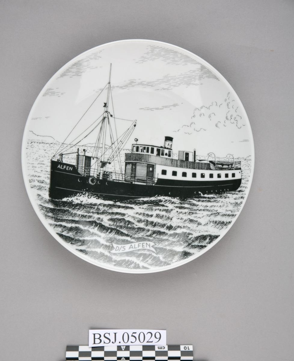 Platte med motiv av DS ALFEN under fart på åpen sjø.