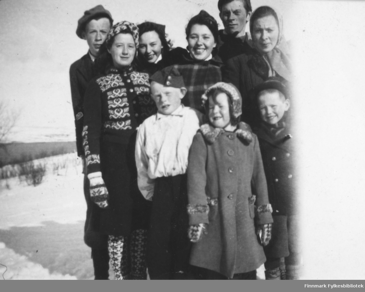 Flere personer fotografert på Barnes en vinterdag. De er fra venstre: Erik Henriksen, Anne Lise Njolla, Grethe Iversen, Maila Iversen Losoa, Henrik Eriksen, Bigga Iversen Mathisen. Barna er fra venstre: Olaf Eriksen, Ingrid Iversen og Reidar Iversen.