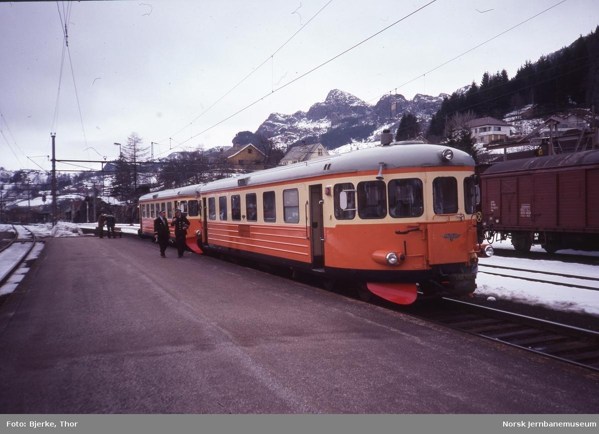 Innleide svenske motorvogner litra Y7 nr. 1136 og 1205 i persontog 3009 fra Flekkefjord på Moi stasjon