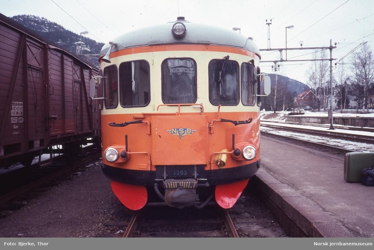Innleid svensk motorvogner litra Y7 nr. 1205 fremst i persontog 3010 til Flekkefjord på Sira stasjon