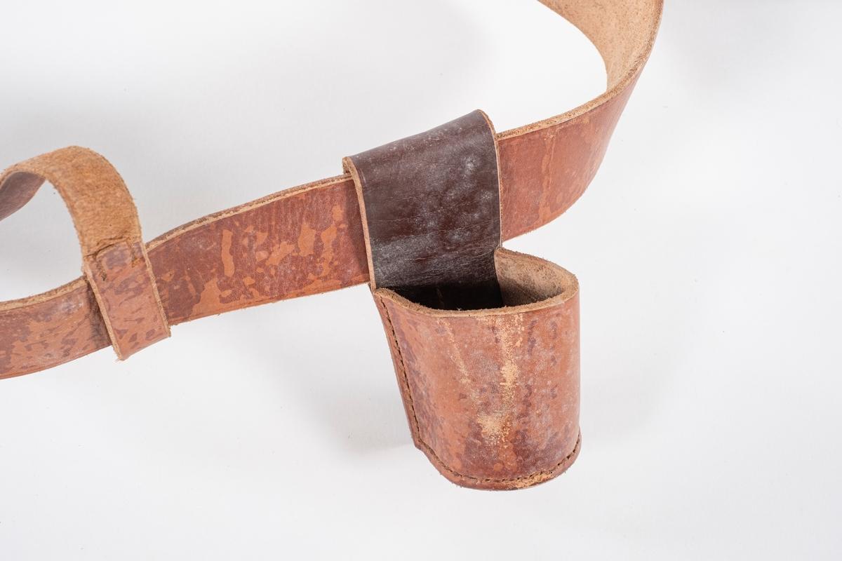 Bandolær bestående belte, kopp og fire reimer.
