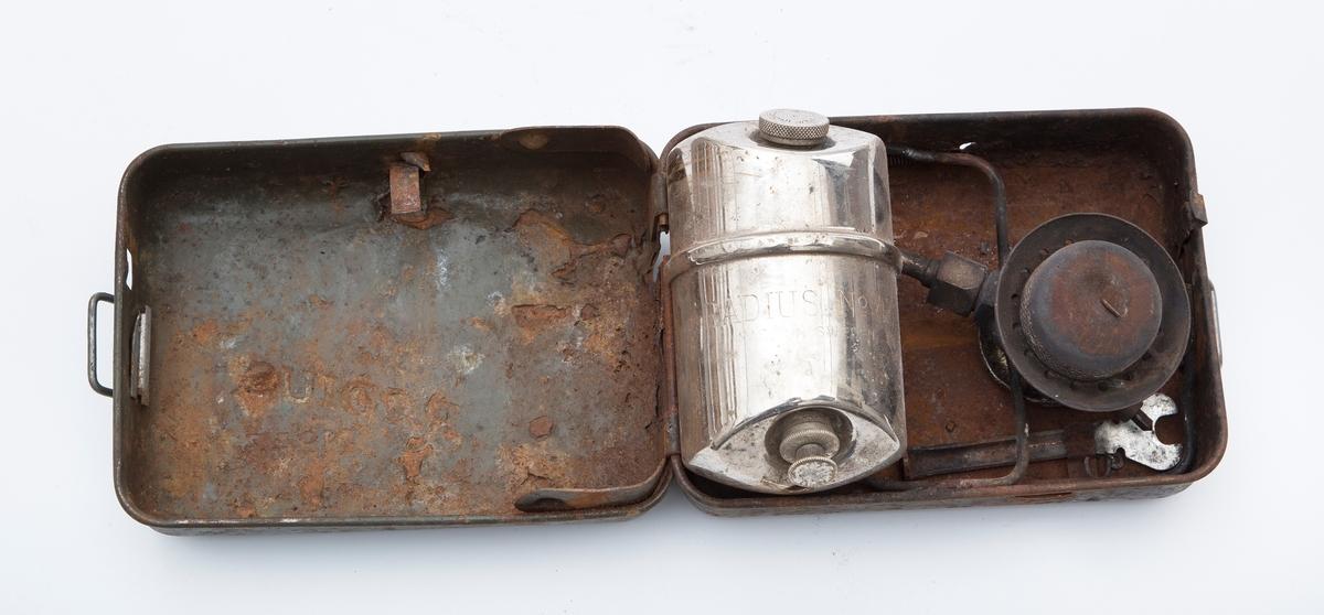 Primus i metall, sammenleggbar, i boks. Noe rusten.