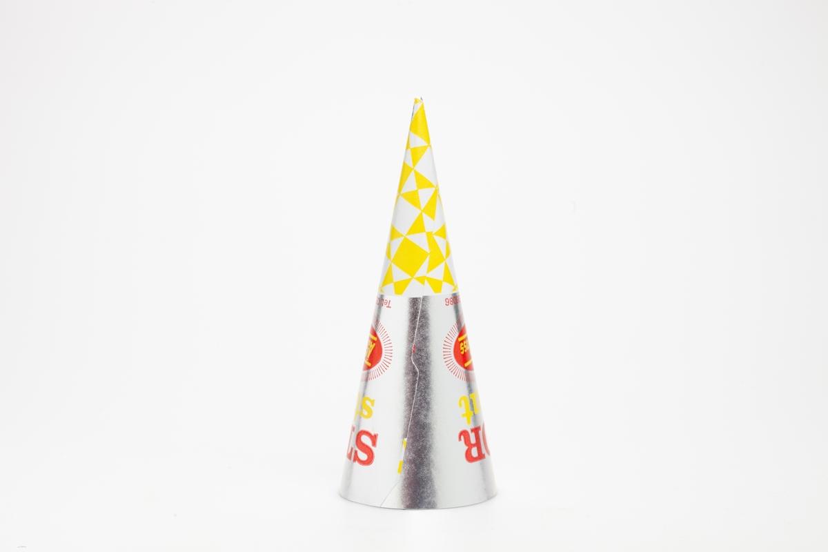 Kjegleformet iskrempapir (kremmerhus) i aluminium. Kremmerhuset er med farger på utsiden, og matt uten farge (hvit) på innsiden. Iskrempapiret har farget skrift på sølvbakgrunn, og gul og hvit tupp.