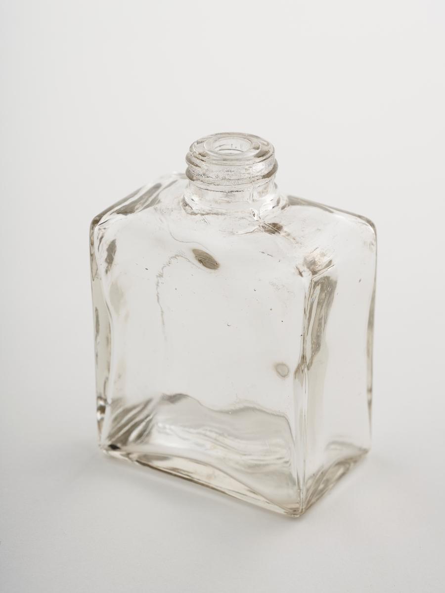 Blekkflaske uten kork.  NAV-samlingen er en gruppe av gjenstander som har vært anvendt på sosialkontoret (Aetat - NAV) i Skedsmo kommune.